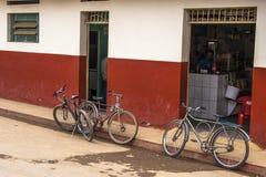 在街道上停放的老自行车 免版税库存图片