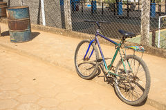 在街道上停放的老自行车 免版税库存照片