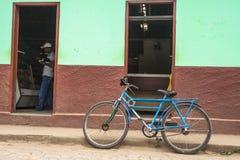 在街道上停放的老自行车 库存照片