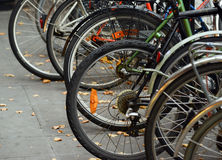 在街道上停放的自行车 库存图片