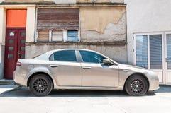 在街道上停放的阿尔法・罗密欧159汽车 库存图片