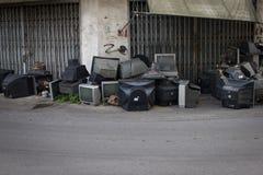 在街道上失败乱丢的老电视 库存图片