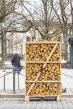 在街道上木柴堆积的堆 库存照片