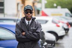 在街道上横渡的男性治安警卫常设胳膊 免版税库存图片