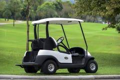在街道上的一个高尔夫车公园在高尔夫球场 免版税库存图片