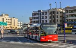 在街道上的一条局部总线在迪拜,阿拉伯联合酋长国 库存图片