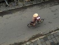在街道上的一辆妇女骑马自行车在会安市,越南 库存图片