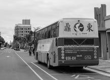 在街道上的一辆游览车在台中,台湾 库存图片