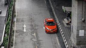 在街道上的一辆红色出租汽车在曼谷,泰国 免版税库存图片