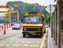 在街道上的一辆老公共汽车在吉隆坡,马来西亚 库存图片