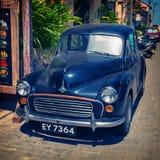 在街道上的一辆老黑汽车 免版税库存照片