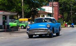 在街道上的一辆蓝色经典汽车在古巴 免版税库存图片