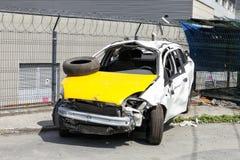 在街道上的一辆被击毁的汽车 库存照片