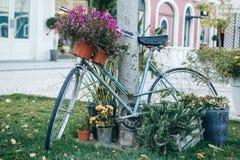 在街道上的一辆装饰的自行车在欧洲城市 库存图片