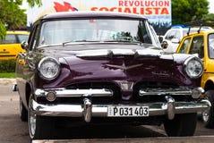 在街道上的一辆黑经典汽车在哈瓦那古巴 库存图片