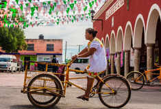 在街道上的三轮车在Tetiz,墨西哥 免版税库存图片