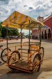 在街道上的三轮车在Tetiz,墨西哥 免版税库存照片