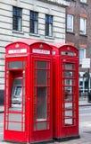在街道上的两个红色电话亭在城市的中心部分 伦敦 免版税库存照片