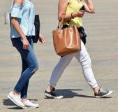 在街道上的两名妇女步行 免版税库存照片