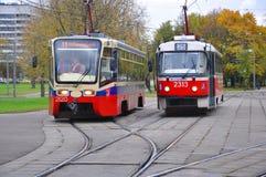 在街道上的两辆电车 莫斯科 俄国 免版税库存图片