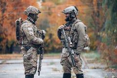 在街道上的互相谈话两位的战士 库存照片