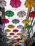 在街道上的五颜六色的伞在都伯林 免版税库存照片