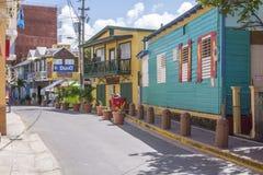 在街道上的五颜六色的大厦在Boqueron,波多黎各 免版税图库摄影