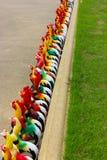 在街道上的五颜六色的鸡模型 库存照片