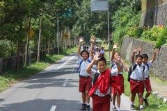 在街道上的亚裔学生 免版税库存照片