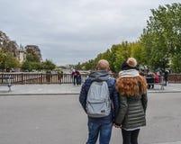 在街道上的亚裔年轻女人在巴黎 免版税图库摄影
