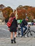 在街道上的亚裔年轻女人在巴黎 图库摄影