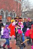 在街道上的人舞蹈 Shrovetide庆祝在莫斯科 免版税库存图片