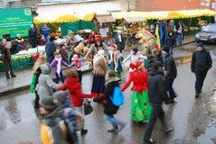 在街道上的人舞蹈 Shrovetide庆祝在莫斯科 免版税库存照片