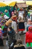 在街道上的人舞蹈 Shrovetide庆祝在莫斯科 免版税图库摄影