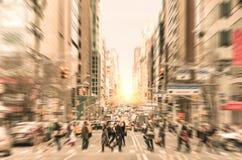 在街道上的人们在曼哈顿街市bef的麦迪逊大道 免版税库存照片