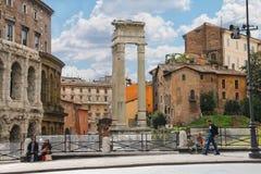 在街道上的人们在美丽如画的废墟附近在罗马,意大利 免版税库存照片