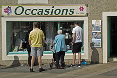在街道上的人们在Eyemouth在Berwickshire在苏格兰,英国 07 08 2016年 免版税库存图片