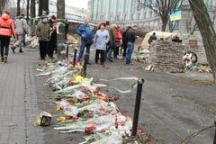 在街道上的人们,用花盖 库存图片