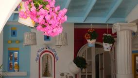 在街道上的传统地中海样式花装饰 股票视频