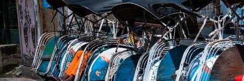 在街道上的传统rikshaw运输 库存照片