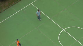 在街道上的体育场男孩是在训练的线,然后教练完成的训练,并且男孩分流 股票录像