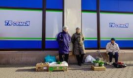在街道上的供营商在维堡,俄罗斯 图库摄影