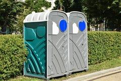 在街道上的便携式的洗手间 库存照片