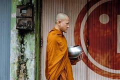 在街道上的修士 免版税图库摄影