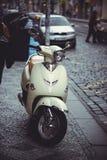 在街道上的停放的小型摩托车在布拉格,停放 库存图片
