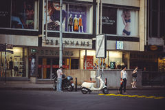 在街道上的停放的小型摩托车在布拉格,停放 免版税库存照片
