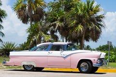 在街道上的停放的美国经典汽车在圣克拉拉古巴 免版税库存图片