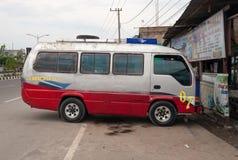 在街道上的公共交通工具在Dumai 印度尼西亚 免版税库存图片