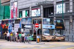 在街道上的公共交通工具:交通和城市生活在亚洲国际事务和金融中心 香港 免版税库存图片