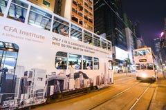 在街道上的公共交通工具:交通和城市生活在亚洲国际事务和金融中心 香港 库存照片